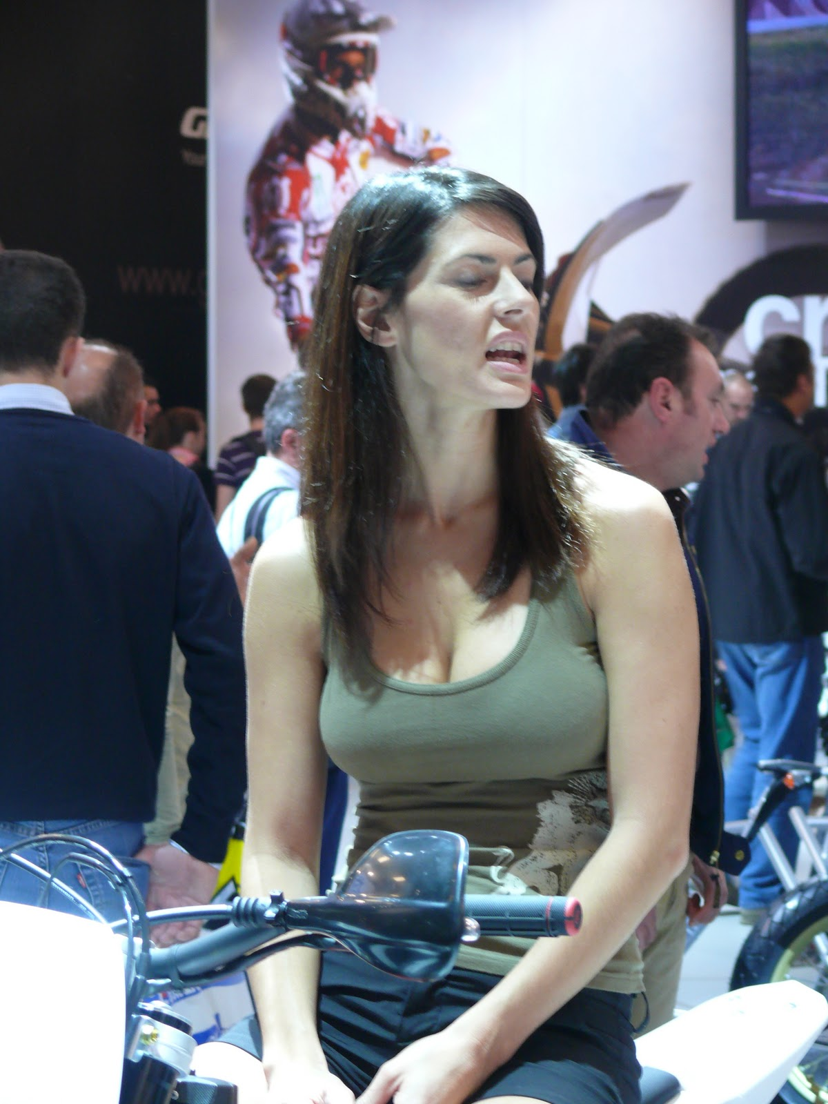 Big Breast Girls Some Candid At Auto Show-7644