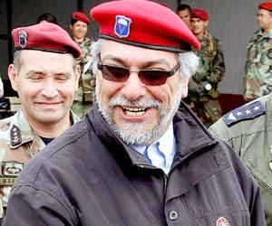 El presidente paraguayo Fernando Lugo se puso este miércoles la gorra roja  de un oficial de la Fuerza Aérea e ironizó sobre las críticas que recibe de  la ... 7838192709d