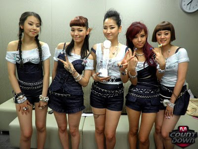 92fbbdaca877d Picture] Wonder Girls posed with their M! Countdown trophy! | Daily ...