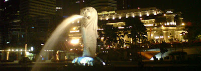 A picture of Merlion with Fullerton Hotel in the background
