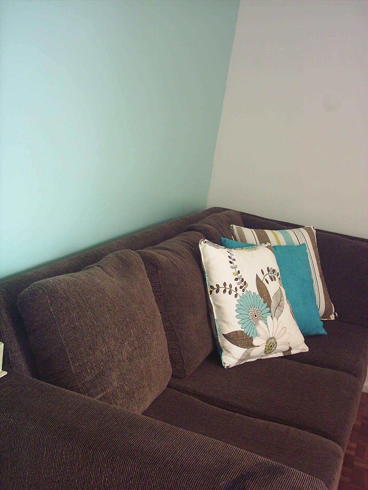 Sofa Cinza E Almofadas Coloridas How High Should End Tables Be Entre Sinta Se Em Casa Decorando Com Meu Sofá Marrom