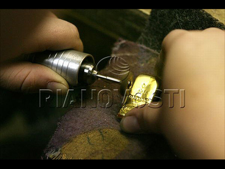 تعرف بالصور على صناعه سبائك الذهب 55045-450x-a_1.jpg