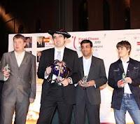 Kramnik con el trofeo y la chapela de Campeón de la III Final de Maestros del Grand Slam de Ajedrez de Bilbao