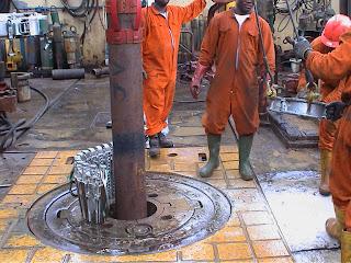 A perfuração do poço de petróleo