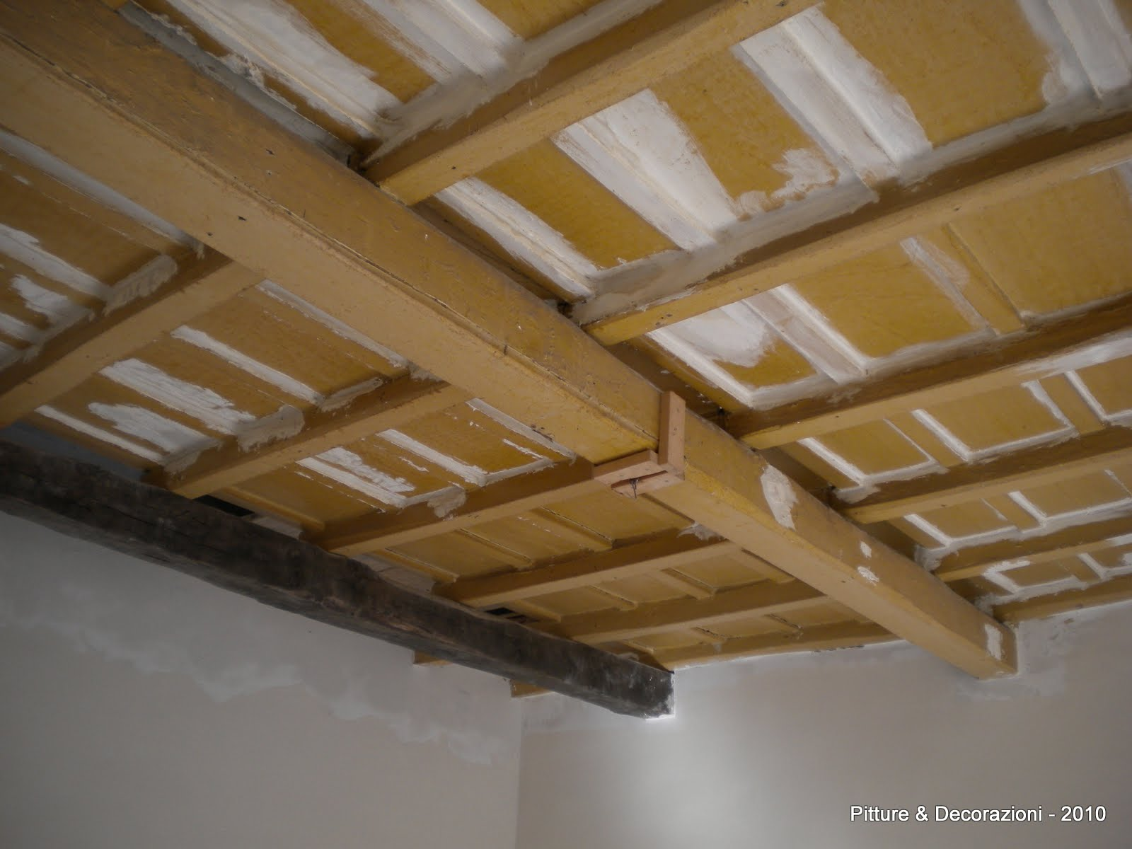 Soffitto In Legno Finto : Rivestire soffitto in legno good nuova in legno di okum esterno