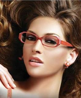 8a3eff972 تناسبه النظارة ذات شكل مستطيل أو بيضاوي ..ابحثي عن إطار أكبر من أعرض جزء في  وجهك حتى يحدد تقاطيعه ومن تم يعطي الانطباع بأنه انحف مما هو عليه.