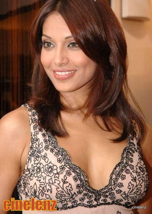 Sexy Bipasha Basus New Hot Expos Boobs Show Stills