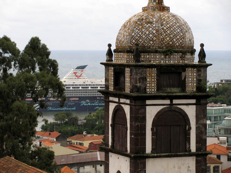 Mein Schiff cruise ship and Santa Clara Convent tower