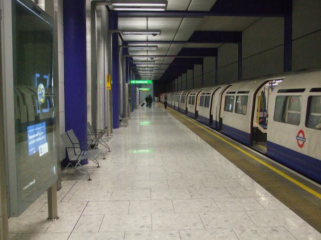 Estação de metrô - Picadilly Line / Terminal 5