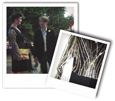 dd9e0f616b86 En svart klänning med genomskinliga ärmar och rygg helt täckt med  paljetter. I den känner jag mig som. En lyxig donna mitt i karriären i  80-talets New York ...