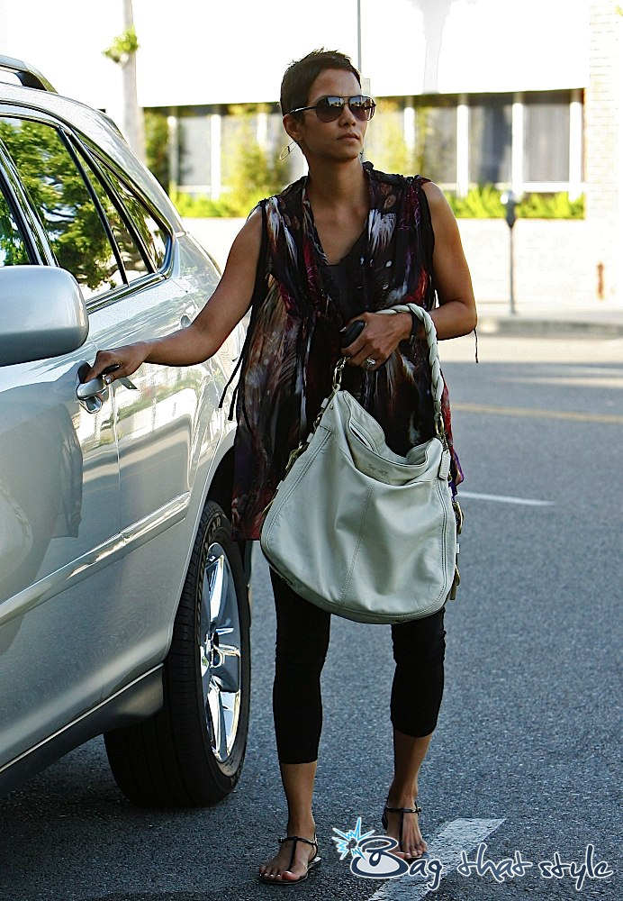 Lvbagmall The Louis Vuitton Handbags Heaven Halle Berry Is Y With Her Coach Editorial Zoe