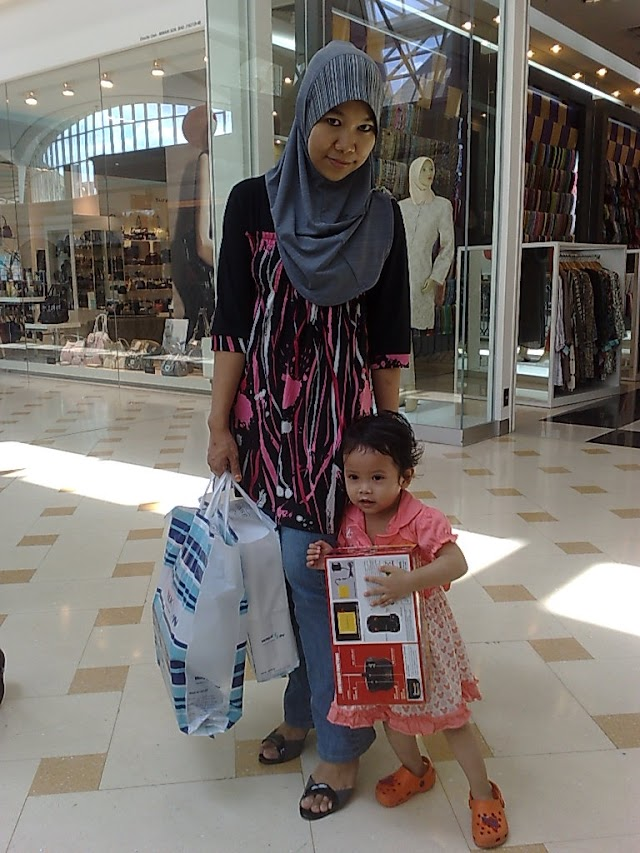 Damia and Mummy at Alamanda