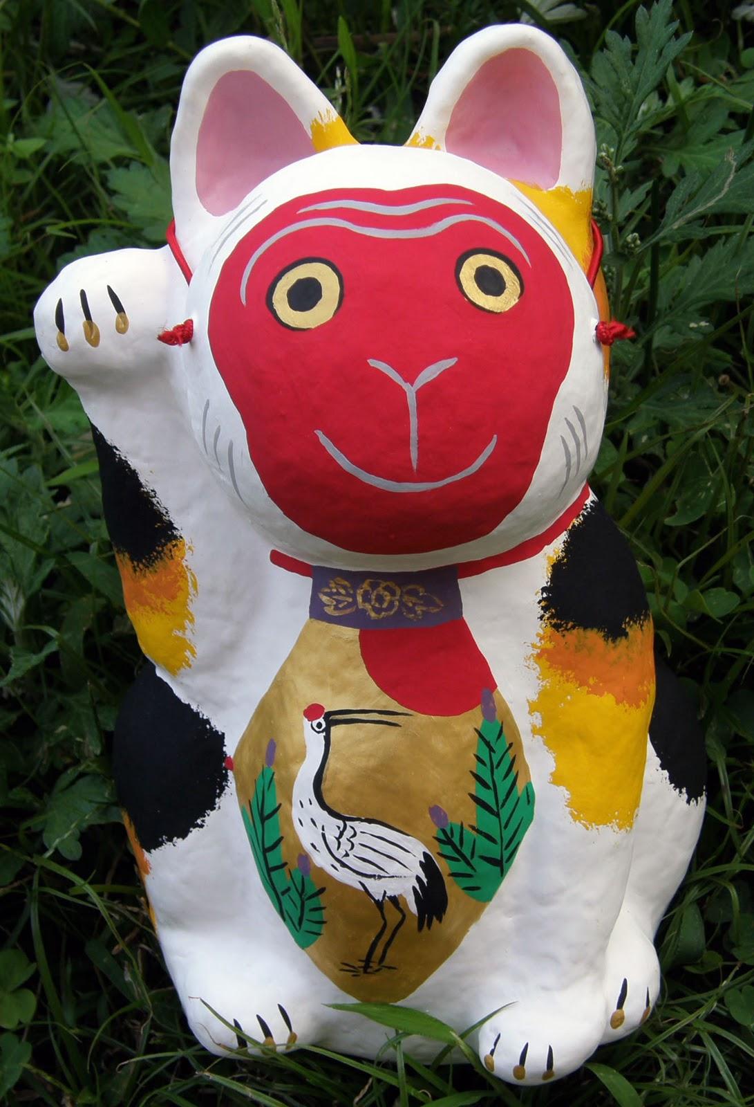 張り子の 金猫堂: 猿のお面をかぶった張子招き猫