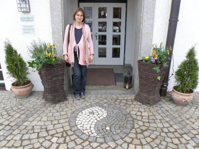 Yushka am Eingang zum Hotel Schloß Oberambach: Yin und Yang - unser Zeichen!