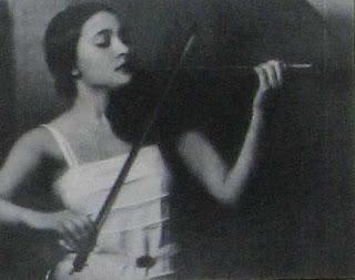 Una joven Clara Reisenberg Rockmore como violinista antes de abandonarlo por el theremin