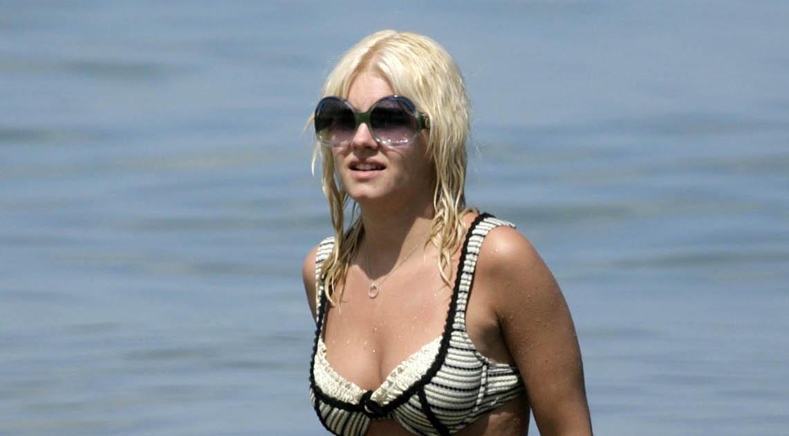Elisha Cuthbert Bikini Pics 119