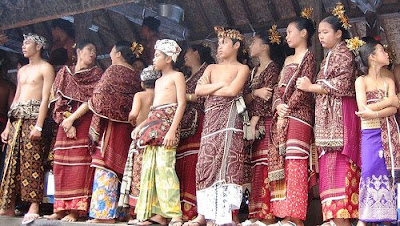 Group wearing gringsing double ikat