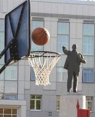 patung pun lihai bermain bola basket