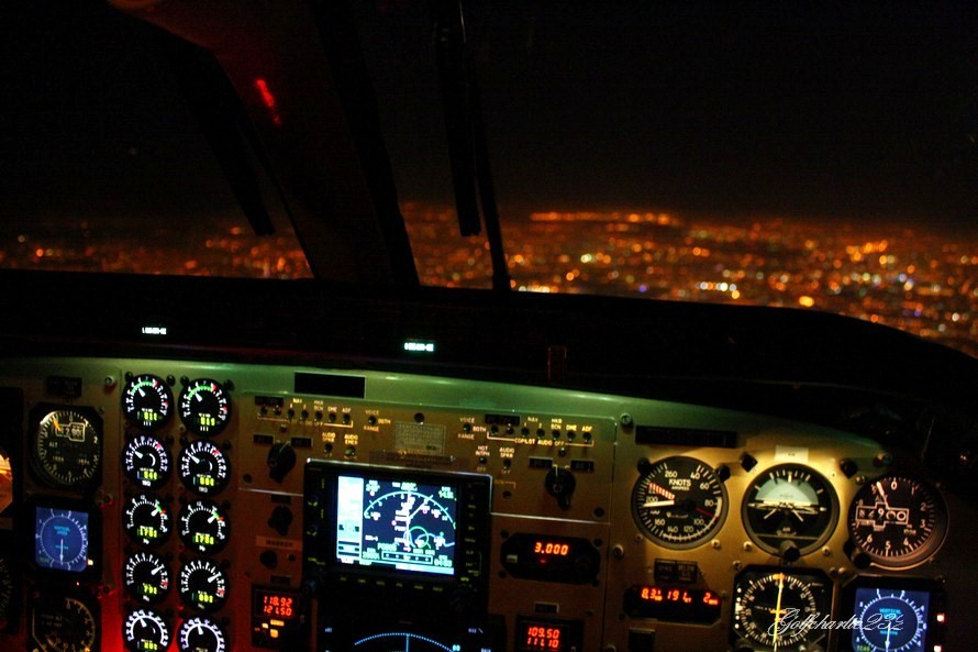 Live from the Flight Deck: Paris by night - King Air 90