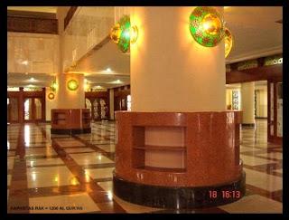 Rak Al Quran di lantai utama.