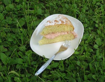 Rhabarbercremetorte (Victoria Sponge Cake mit Rhabarber)