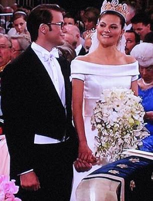 61587865ce0a Nu har Daniel Westling blivit prins Daniel och kronprinsessan Victoria har  fått sin älskade make. Strax ska de gå ut på kyrktrappan inför hedersvakten  och ...