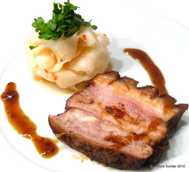 Lackierter Schweinebauch sous vide mit weißen Rüben  | Arthurs Tochter kocht von Astrid Paul. Der Blog für Food, Wine, Travel & Love