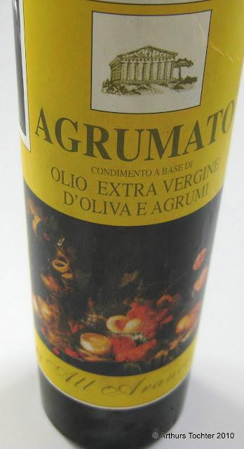 Flasche mit Agrumato Olivenöl für eine ganze Lachsseite am Stück mit Fenchel und Orangen-Olivenöl (Agrumato) aus dem Backofen in Alufolie/im Bratschlauch gegart  | Arthurs Tochter kocht von Astrid Paul. Der Blog für Food, Wine, Travel & Love
