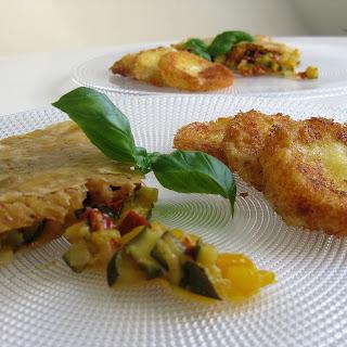 Köstlicher Kuchen aus Blätterteig, gefüllt mit grünen Zucchini, gelben Paprika und roten Tomaten  | Arthurs Tochter kocht von Astrid Paul. Der Blog für Food, Wine, Travel & Love