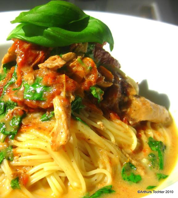 Tomaten-Basilikum-Huhn auf Spaghetti  | Arthurs Tochter kocht von Astrid Paul. Der Blog für Food, Wine, Travel & Love