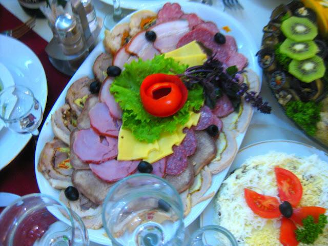 Vorspeisen auf Platten. Arthur und Tochter auf großer Fahrt in die Ukraine zu einer Hochzeitsfeier der ganz besonderen Art. Dazu Reisetipps für die Ukraine | Arthurs Tochter kocht von Astrid Paul. Der Blog für Food, Wine, Travel & Love