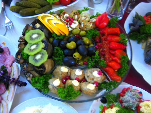Mehr Vorspeisen. Arthur und Tochter auf großer Fahrt in die Ukraine zu einer Hochzeitsfeier der ganz besonderen Art. Dazu Reisetipps für die Ukraine | Arthurs Tochter kocht von Astrid Paul. Der Blog für Food, Wine, Travel & Love