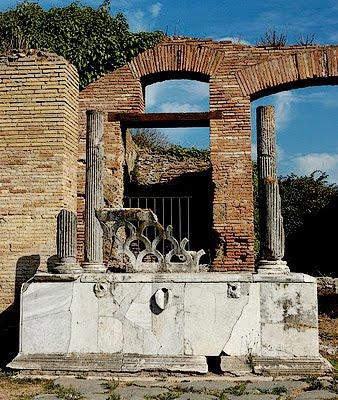 Portico della fontana con lucerna.jpg