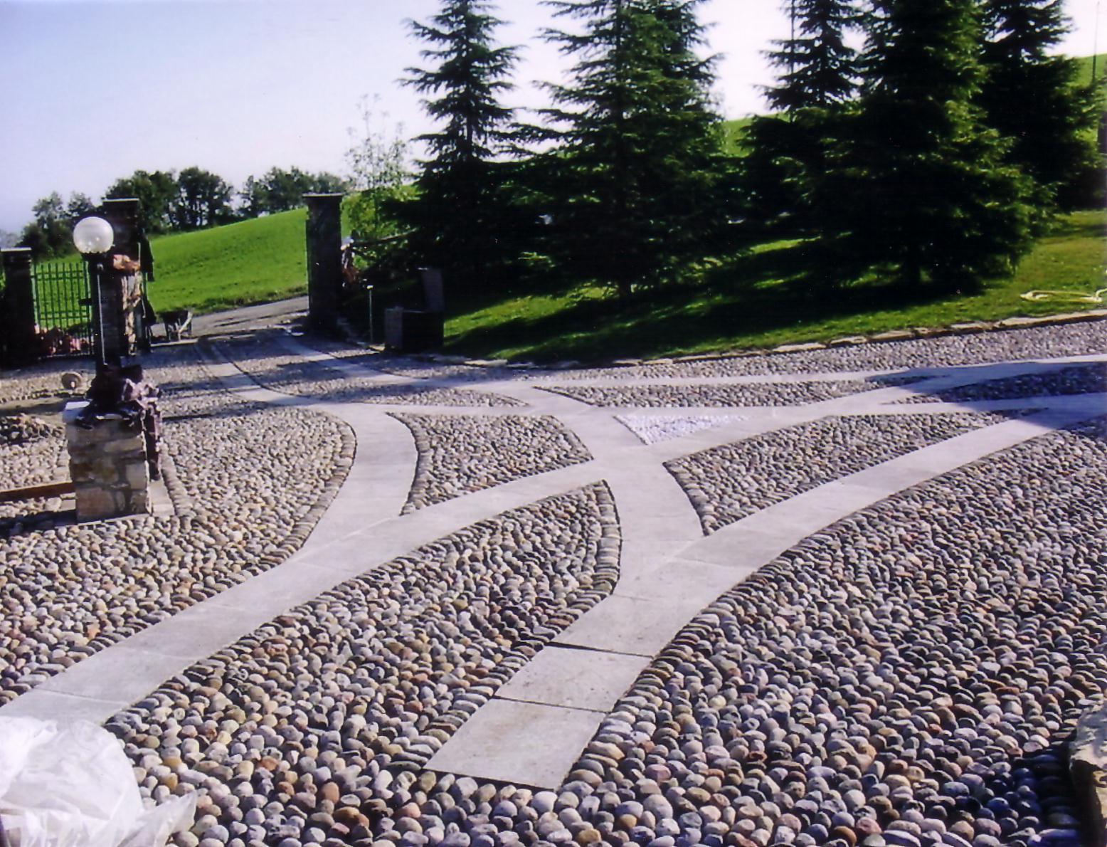 Posa in opera di pietra per esterni ciottoli di fiume for Pietre di fiume