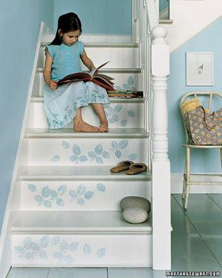 białe schody z niebieskim wzorkiem