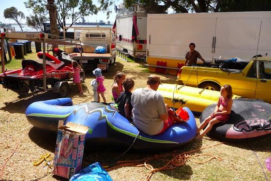 Aquí están todos con los artilugios inflables listos para ir al lago