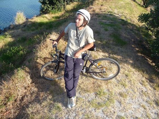 Aquí estoy yo con la bicicleta que alquilamos en Tauranga City