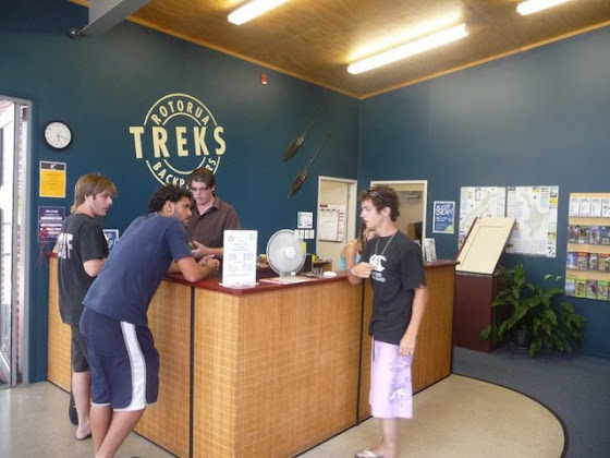 En el desk de Rotorua treks