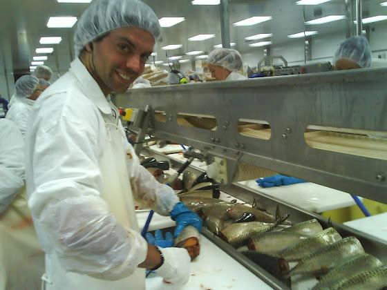 Aquí estoy yo destripando pescado