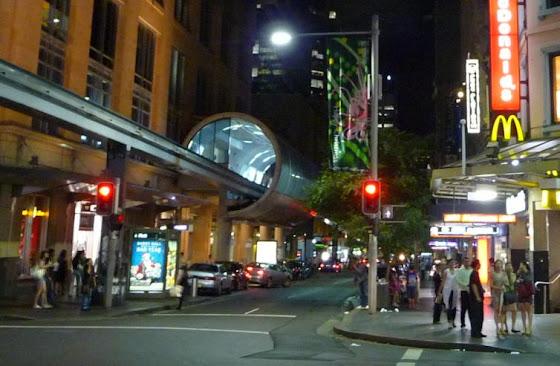 Aquí está también de noche el famoso Monorail