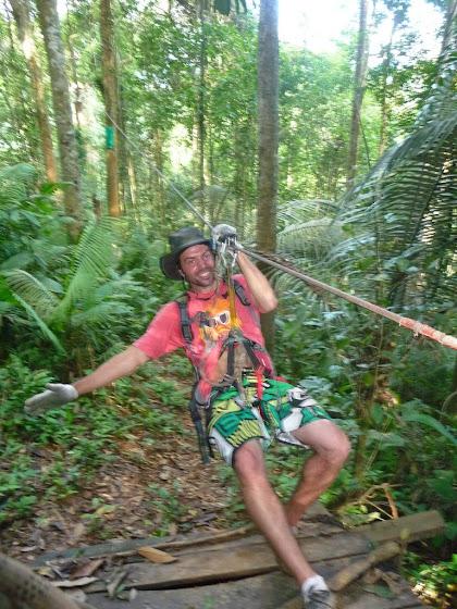 Aquí estoy yo con mi sombrero de Indiana Jones en la tirolesa rumbo a mi casa de árbol