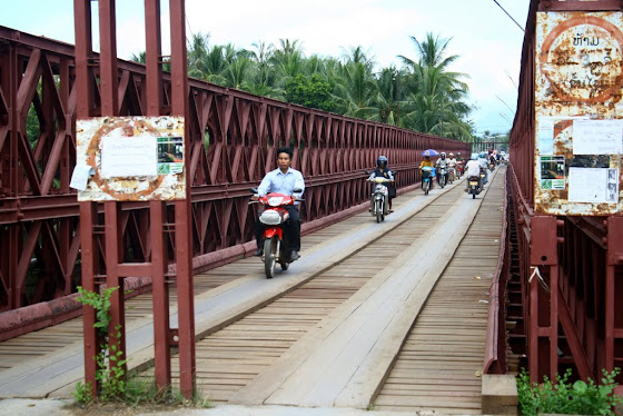 Aquí va la gente en la carretera de motos y bicicletas