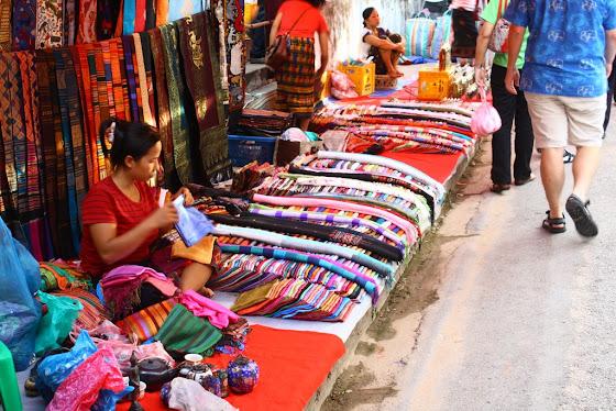 Puestos de artesanías en Luang prabang