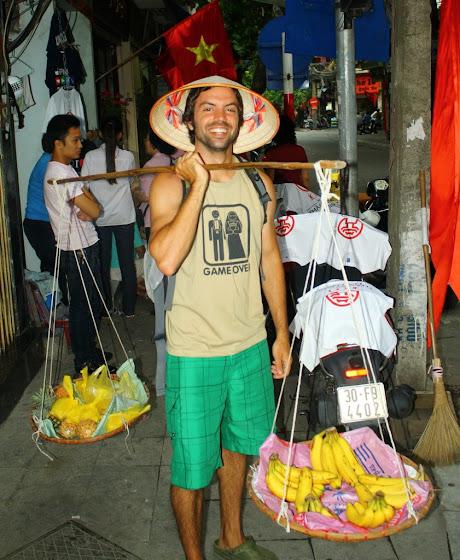 Aquí estoy yo vestido de vendedor en Vietnam
