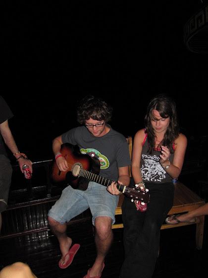Aquí está John tocando la guitarra