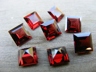 loose garnet gemstones