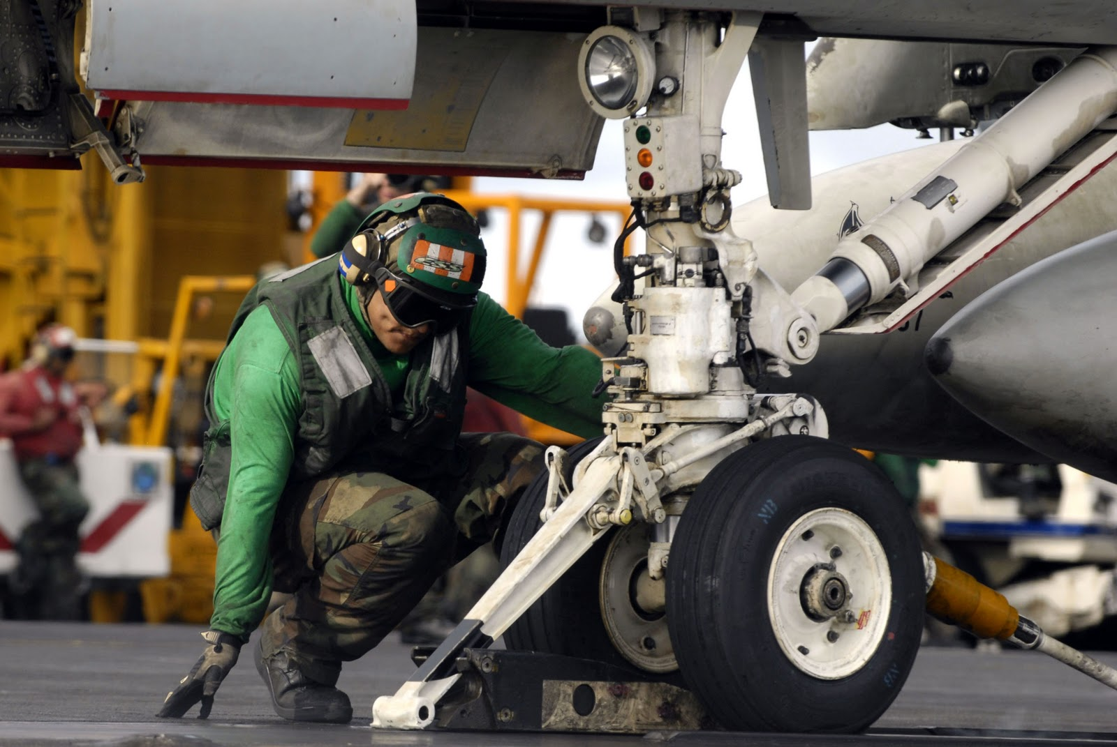 US_Navy_070910-N-7883G-009_Airman_Luis_Estrada%252C_topside_petty_officer_for_the_waist_catapult_aboard_USS_Kitty_Hawk_%2528CV_63%2529%252C_verifies_that_the_holdback_bar_is_in_place_prior_to_launch.jpg