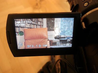 Sessel durch Kameramonitor hindurch gesehen