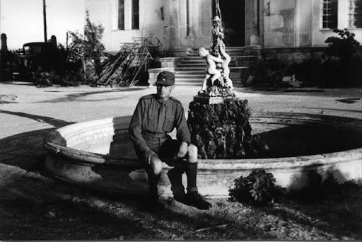 Судак. Немецкий солдат на фоне фонтана