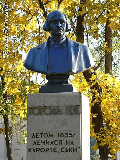 Памятник Гоголю в Саках